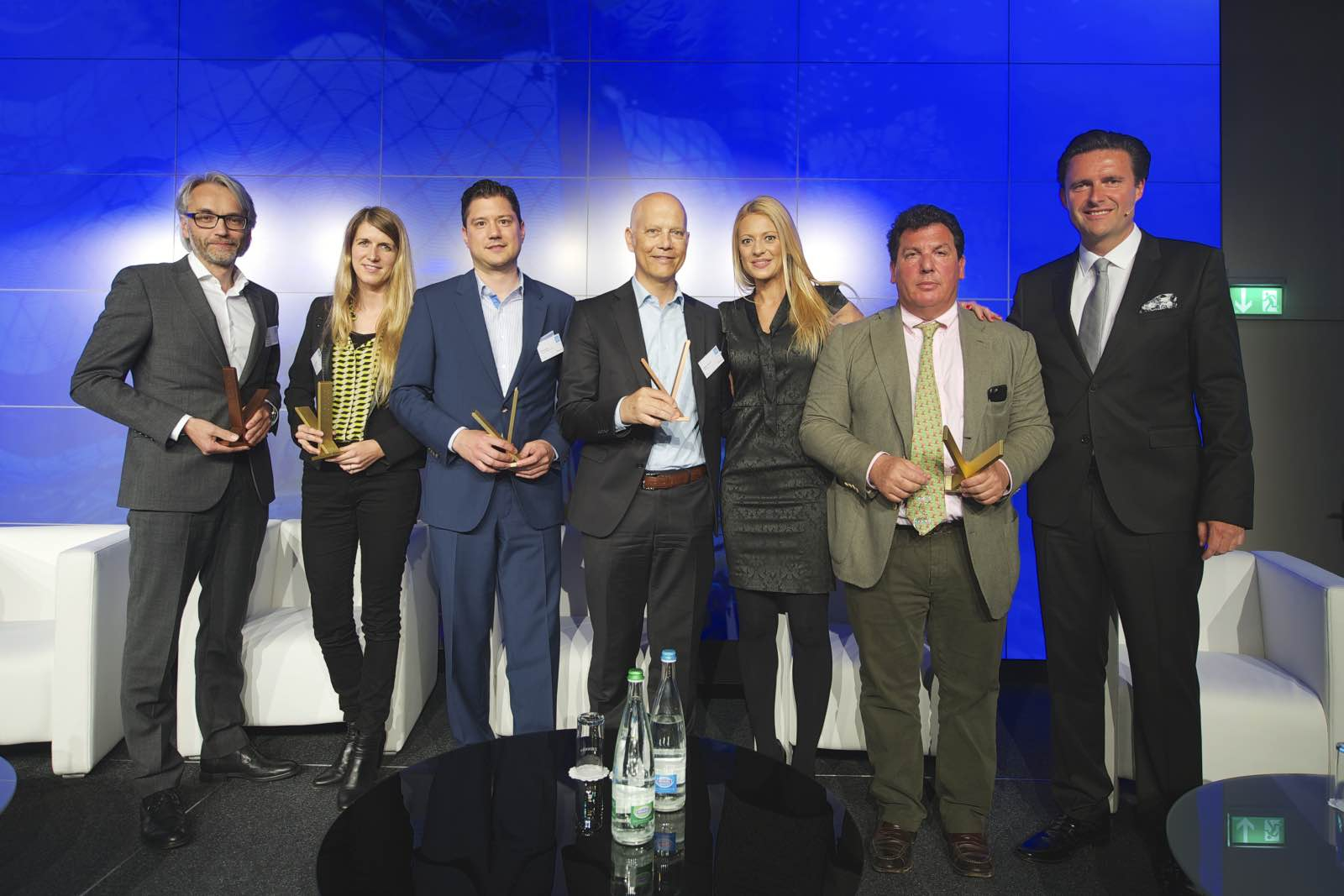 Die Gewinner der diesjährigen Victor Marketing Awards zusammen mit Moderatorin Christa Rigozzi und Uwe Tännler vom Swiss Council of Shopping Centers.